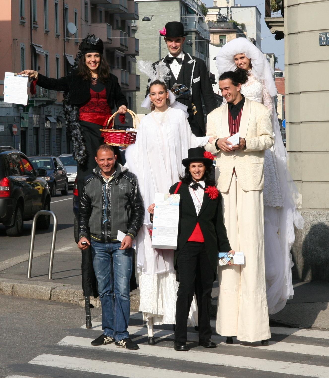 Alcuni attori del Teatro La Madrugada in via Padova con un passante